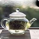 Белый чай Свое название белый чай получил из-за серебристых ворсинок на почках на тыльной стороне листьев, сохраняющихся после обработки. Другие виды чаев в процессе скручивания и ферментации теряют эти нежные ворсинки. Основная идея белого чая — сохранить чайный лист в том виде, в котором он растѐт на ...